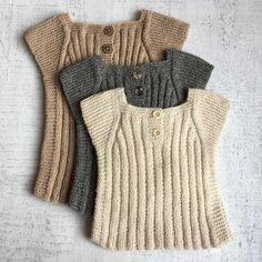 BABY-VEST-fra-Strik-design Source by lissihaugaard Sweaters Baby Boy Knitting Patterns, Knitting For Kids, Knitting Designs, Baby Patterns, Knit Baby Sweaters, Knitted Baby Clothes, Baby Outfits, Baby Dresses, Toddler Vest