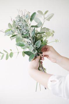 O PERFUMADO EUCALIPTO Postado por: Vamos Receber | Categoria: Dicionário de Flores  Nesta semana, mostramos a vocês aqui uma mesa pensada para uma comemoração muito especial. Sobre ela, múltiplos arranjos levando tulipas, orquídeas chocolate, saudade, cúrcuma, flor do campo e folhas de eucalipto.  Essas delicadas e perfumadas folhas chamaram a nossa atenção, razão pela qual procuramos o querido Sergio Oyama Junior, do Orquídeas no Apê, procurando saber um pouco mais sobre o eucalipto.