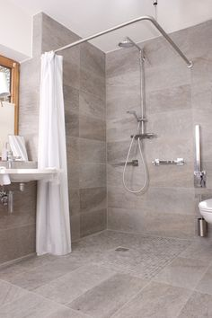 Das Geräumige Badezimmer Der Ferienwohnung Mohren In Oberstdorf Verfügt  über Eine Badewanne, Eine Ebenerdige Dusche
