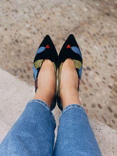Vegan, Sustainable & Ethical Fashion Shoe Made in Spain. Vegan thread embroidery on 100% black velvet cotton. Perfect for the office ! . . . . . . . . . . #momoc #momocshoes #veganshoes #velvet #ethicalfashion #colorfulshoe #originalart #officewear #officelady