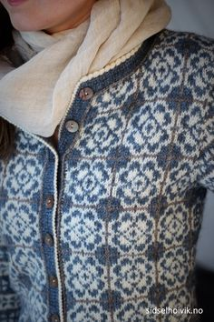 Delft Royal Jacket from my webshop sidselhoivik.no Knitted in 100 % Norwegian wool Sølje pelt wool and Vilje lambswool DesigN Sidsel J. Høivik Photo: Sidsel J Fair Isle Knitting Patterns, Fair Isle Pattern, Sweater Knitting Patterns, Knitting Designs, Style Norvégien, Norwegian Knitting, Knit Fashion, Fashion Wear, Jacket Pattern
