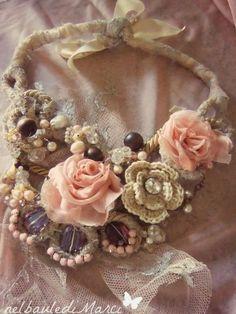 collana con rose in seta e fiori all'uncinetto,pietre e cabochon incastonati realizzata interamente a mano