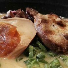 Huevo pochado y chashu del ramen de #Ramenkagura #Repost @iboff