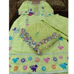 Embroidery Suits Punjabi, Embroidery On Kurtis, Kurti Embroidery Design, Embroidery Fashion, Hand Embroidery, Salwar Neck Designs, Dress Neck Designs, Blouse Designs, Wedding Lehnga