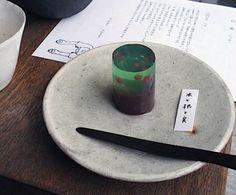"""日菓の和菓子 """"kitone5周年の記念に作って頂いたもの。 茶色部分が幹、グリーンは葉をイメージして作られた羊羹。グリーンの中に見える赤い実は、5周年にちなんで5つの実が入ってる。"""""""