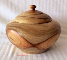 Finding simple woodworking project plans for Beginners Lathe Projects, Wood Turning Projects, Wood Projects, Wooden Containers, Wooden Boxes, Yarn Bowl, Wood Creations, Wood Lathe, Wood Bowls