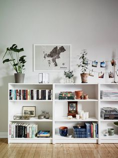 Home Decorating Ideas Living Room Love how this is styled. Makes an IKEA type bookcase look lovely. Home Decorating Ideas Living Room Source : Love how this is styled. Makes an IKEA type bookcase look lovely. by anthoulamantzo Share Low Bookshelves, Bookshelf Ideas, Billy Bookcases, Bookshelf Styling, Bookshelf Decorating, Low Shelves, Bookshelf Inspiration, Ladder Bookcase, Library Shelves