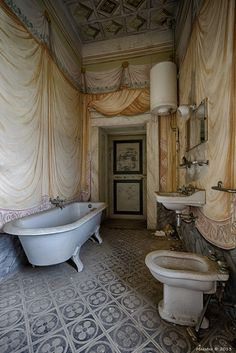 Abandoned Villa Bathroom I wander what happened to this pmace Old Abandoned Buildings, Abandoned Property, Abandoned Castles, Old Buildings, Abandoned Places, Old Mansions, Abandoned Mansions, Vintage Bathrooms, Haunted Places