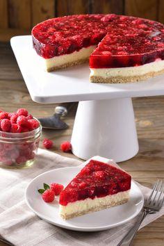 Este cheesecake de queso mascarpone y gelatina de frambuesa es el postre ideal para que todos tus invitados se quieran comer una rebanada extra, además de delicioso es muy bajo en carbohidratos.