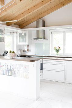 Meine skandinavische Küche mit Holzdecke.