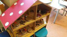 Poppenhuis met kabouters en herfstmaterialen
