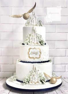 So who's the Harry Potter superfan? Who doesn't love Harry Potter I mean? If you're planning a Harry Potter themed wedding, both adults and kids. Bolo Harry Potter, Gateau Harry Potter, Harry Potter Wedding Cakes, Harry Potter Fiesta, Harry Potter Thema, Harry Potter Birthday Cake, Theme Harry Potter, Harry Potter Food, Harry Potter Desserts