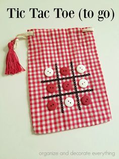 Tic Tac Toe Bag for fun on the go Make this cute Tic Tac Toe (to go) Bag for easy entertaining while running errands or traveling. We live in a world where entertainment is at our fingertips almost all the time, but there's something Diy Gifts For Kids, Diy For Kids, Bags For Kids, Craft Projects, Sewing Projects, Crafts For Kids, Diy Aromatherapy Candles, Scrap Busters, Tic Tac Toe Game