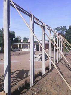 Colocación de las columnas prefabricadas del comedor infantil en Matagalpa