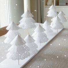Un elegante centrotavola natalizio realizzato con i centrini di carta