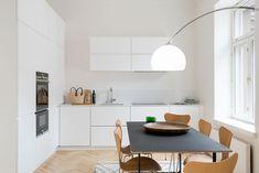 Tyylikäs ja puhdaslinjainen keittiö Exterior Design, Interior And Exterior, Kitchen Dinning Room, Scandi Style, Architecture Design, New Homes, Table, House, Furniture