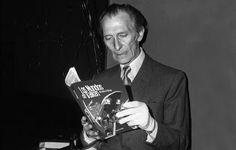 """Peter Cushing Disfrutando de Los mundos de VALKEN. """"Con la de cosas que hay en este #cómic y ni un solo vampiro"""" http://www.grafitoeditorial.com/shop/los-mundos-de-valken/"""