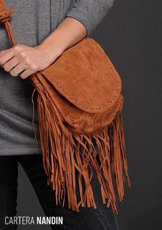 La Cartera Nandin conjuga varias #tendencias de #temporada: Flecos + Gamuza + Color Suela. Fanny Pack, Fashion, Female Clothing, Bangs, Spring Summer, Totes, Trends, Accessories, Style