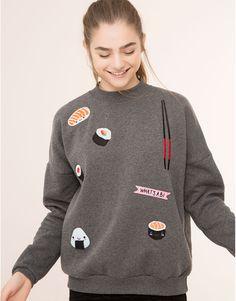 Pull&Bear - mujer - sudaderas - sudadera parches sushi - gris vigore - 09592333-I2015