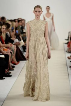 Valentino, collezione Haute Couture AI 2015   Vestito lungo dorato   Foto