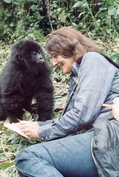 Dian Fossey insieme ad un gorilla di montagna.