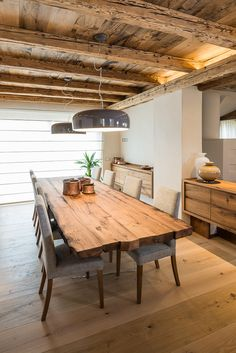Sala da pranzo ampia e luminosa. il legn… Large and bright dining room. wood is the protagonist. this material creates. Bright Dining Rooms, Home Decor Inspiration, House Design, House Styles, House Interior, Italian Home Decor, Home Interior Design, Interior Design, Rustic House