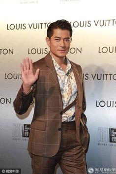"""""""Thiên vương"""" Quách Phú Thành tham gia một sự kiện thời trang tại Hồng Kông ngày 21/4 với vẻ ngoài bảnh bao và cuốn hút. Anh thu hút giới giới săn tin vì đây là sự kiện đầu tiên mà anh góp mặt kể từ khi làm đám cưới với người mẫu trẻ kém anh 23 tuổi hồi đầu tuần.      Ngôi sao...  http://cogiao.us/2017/04/22/moi-lay-vo-quach-phu-thanh-da-bi-phat-hien-khong-deo-nhan-cuoi/"""