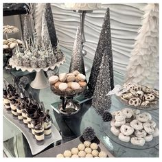 Adorable 45 Fabulous Winter White Party Decoration Ideas To Try Snowflake Baby Shower, Christmas Baby Shower, Winter Wonderland Birthday, Winter Birthday, White Party Decorations, Christmas Party Themes, Winter Table, Outside Baby Showers, Baby Shower Winter