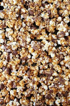 All the caramel, chocolate and peanuts you love in a Snickers, packed in with crunchy and salty popcorn. Its the perfect snack! Butter Toffee Popcorn Recipe, Flavored Popcorn, Popcorn Recipes, Snack Recipes, Dessert Recipes, Snacks, Snickers Popcorn, Bhg Recipes, Sweet Popcorn