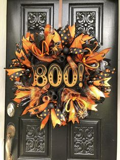 Creative DIY Halloween Wreath Design For The Thriller Night 51 Halloween Door Wreaths, Halloween Deco Mesh, Halloween Door Decorations, Cheap Halloween, Holidays Halloween, Halloween Crafts, Halloween Cake, Halloween Camping, Trendy Halloween