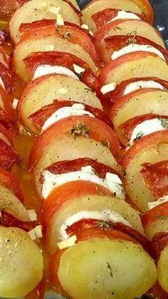 Aucune complication avec cette recette simple et colorée où s'alignent bien sagement tranches de pommes de terre, de tomates, de chorizo et de mozzarella pour composer un plat unique tout à la fois fondant et parfumé, et qui sera bien apprécié avec la...