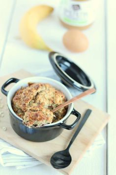 Havermout met pindakaas uit de oven. De ingrediënten heb je vast in huis voor een relaxt, verantwoord en lekker begin van de dag.