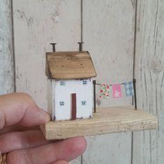 """Gefällt 687 Mal, 17 Kommentare - Shabby Daisies (@lorainespick) auf Instagram: """"Mini washing line.  #driftwood #littlecottage #littlehouse #facebook #washingline #washing…"""""""