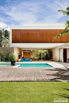 Com vãos generosos e poucas divisórias, esta residência em Brasília dialoga com…