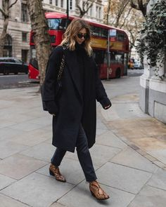 London Street Style + All black outfit + snakeskin boots outfit + Chanel handbag Chic Fall Fashion, Winter Fashion, Fashion Black, Paris Fashion, Street Fashion, Noora Style, Black Coat Outfit, Black Outfits, Outfits Winter