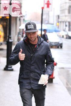 Photos - Ryan Tedder de One Republic va se chercher une viennoiserie avant sa perfo au Centre Bell de Montréal - SPOTTED | HollywoodPQ.com
