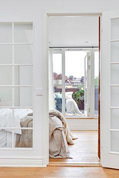 Sovrum med direkt access till takterrassen. Erik Dahlbergsgatan 50b, Bjurfors.se