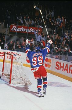 Wayne Gretzky of the New York Rangers records his final assist in the NHL after Brian Leetch scored against the Pittsburgh Penguins on April 18 Hockey Girls, Hockey Mom, Ice Hockey, Hockey Stuff, Brian Leetch, Hockey Pictures, Rangers Hockey, Funny Memes Images, Wayne Gretzky