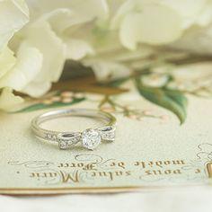 ダイヤモンド/エンゲージリング:Ruban(リュバン) 全体のフォルムがリボンのかたちにデザインされているエンゲージリング [diamond,ダイヤモンド,Platinum ,Pt900,ウエディング,wedding]