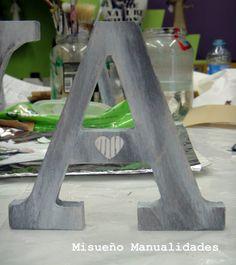 Letra A grande de madera, decorada estilo vintage en unos de los talleres de adulto.  www.misuenyo.com / www.misuenyo.es