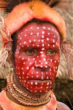 Go to the Tumbuna SingSing, Mt. Hagen, Papua New Guinea Pintura Tribal, Arte Tribal, Tribal Paint, Cultures Du Monde, World Cultures, We Are The World, People Around The World, Papua Nova Guiné, Tribal Face