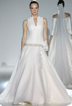 Bonito vestido con cintillo bordado en la cadera y vuelo en la parte baja, de Franc Sarabia 2013