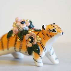 Small Wild Ceramics Georgeous ceramic figurines, I love the contemporary animal shapes WITH FLOWERS Ceramic Clay, Ceramic Painting, Ceramic Pottery, Slab Pottery, Ceramic Bowls, Ceramic Animals, Clay Animals, Cute Polymer Clay, Polymer Clay Crafts