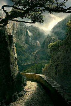 بيني وبينك سور ورا  سور .... وأنا لا مارد ولا عصفور ... في إيدي عود أول و جسور ... وصبحت أنا في العشق مثل ....