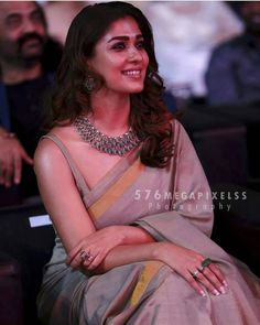 To wear a sleeveless blouse like that! The drape! Indian Dresses, Indian Outfits, Bhavana Actress, Saree Jewellery, Bridal Jewellery, Wedding Jewelry, Saree Look, Elegant Saree, Indian Designer Outfits
