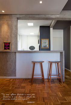 Decoração de: Cozinha integrada; banquetas retrô; Casa de Valentina