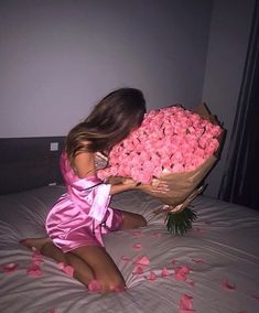 You can order flowers online to give pleasant surprise to your loved one. Let your valentine feel essence of flowers and why these flowers are symbol of beauty which doesn't disappear with age but remain with you for lifetime. Birthday Goals, Girl Birthday, Pretty Flowers, Pink Flowers, Besties, Wedding Vow Art, Luxury Lifestyle Women, Luxury Flowers, Flowers Online