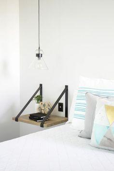 idées pour un éclairage ingénieux dans une petite chambre à coucher, table de chevet flottante avec lanières en cuir