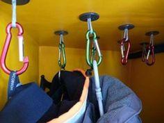 Climbing carabiners as clothes hooks in the camping Kletter-Karabiner als Kleiderhaken im Camping-Bus. Climbing carabiners as clothes hooks in the camping bus. Camper Life, Rv Campers, Camper Trailers, Camper Van, Rv Trailer, Travel Trailers, Rv Life, Rv Boat Storage, Trailer Storage
