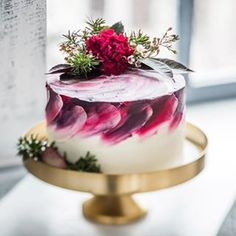 An artistic choice for a wedding cake that looks dynamic and high energy while staying elegant and chic